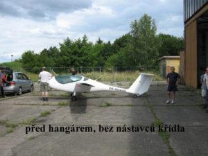 Před hangárem